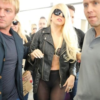 lady gaga arrives at lax airport 07 Pictures: Lady GaGa Gives Paparazzi Middle Finger Salute
