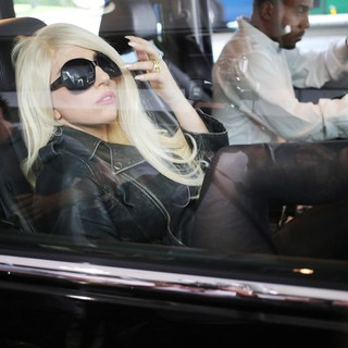 lady gaga arrives at lax airport 09 Pictures: Lady GaGa Gives Paparazzi Middle Finger Salute