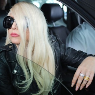 lady gaga arrives at lax airport 13 Pictures: Lady GaGa Gives Paparazzi Middle Finger Salute