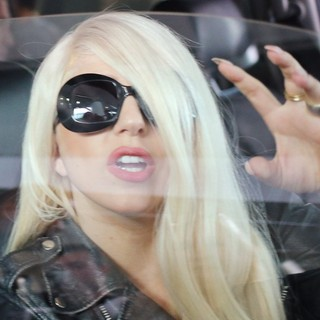 lady gaga arrives at lax airport 15 Pictures: Lady GaGa Gives Paparazzi Middle Finger Salute