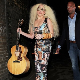Lady GaGa - Lady GaGa Leaves Her Hotel