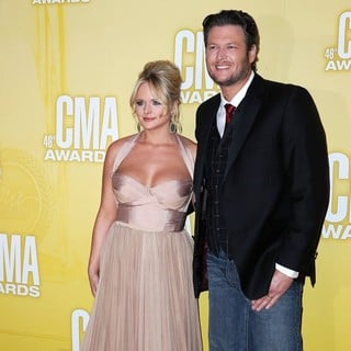 Blake Shelton in 46th Annual CMA Awards - lambert-shelton-46th-annual-cma-awards-01
