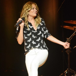LeAnn Rimes in LeAnn Rimes Performing Live in Concert