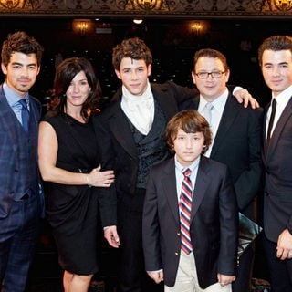 Joe Jonas, Jonas Brothers, Denise Jonas, Frankie Jonas, Nick Jonas, Kevin Jonas, Paul Kevin Jonas, Sr. in The Curtain Call for 'Les Miserables'