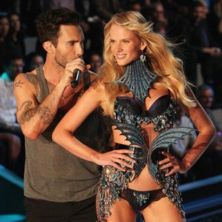 Adam Levine, Anne Vyalitsyna in 2011 Victoria's Secret Fashion Show - Performance