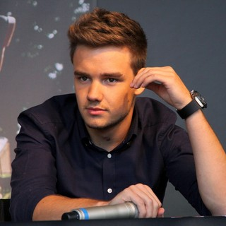 Liam Payne, One Direction in Liam Payne Signing Autographs