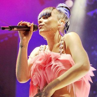 Lily Allen - Lily Allen Performing Live on Stage