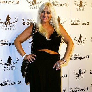 Linda Hogan in T-Mobile Debuts The Newest Limited Edition Sidekick 3 D- Wade