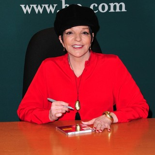 Liza Minnelli in Liza Minnelli Signs Copies of Her CD Live at The Winter Garden