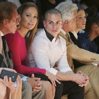 Valentino Garavani, Jennifer Lopez, Casper Smart in Paris Fashion Week Spring-Summer 2013 - Valentino - Front Row