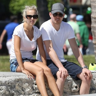 Luisana Lopilato, Michael Buble in Michael Buble and Luisana Lopilato Take A Rest on A Wall After Walking on Miami Beach