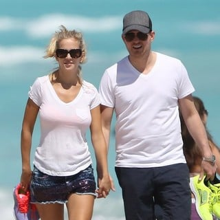 Luisana Lopilato, Michael Buble in Michael Buble and Luisana Lopilato Walking on Miami Beach