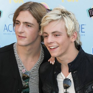 Rocky Lynch, Ross Lynch, R5 in 2013 Teen Choice Awards
