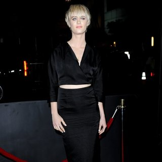 Mackenzie Davis in Premiere of That Awkward Moment