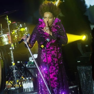 Macy Gray Performs Live