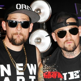 Joel Madden, Benji Madden in 2011 MTV Video Music Awards - Arrivals