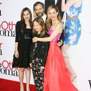 Maude Apatow, Iris Apatow, Judd Apatow, Leslie Mann in The Other Woman Los Angeles Premiere