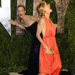 Leslie Mann, Julie Bowen in 2012 Vanity Fair Oscar Party - Arrivals