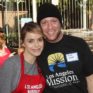 Taryn Manning, Dave Rene in The Los Angeles Mission's Thanksgiving for Skid Row Homeless