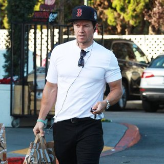 Mark Wahlberg - Mark Wahlberg Was Spotted Shopping at Bristol Farms
