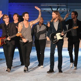 Maroon 5 in 2011 Victoria's Secret Fashion Show - Performance