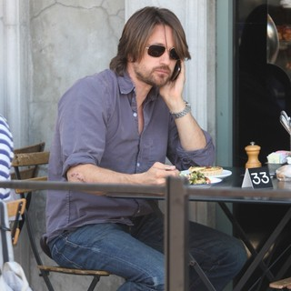 Martin Henderson Eating at Joans on Third