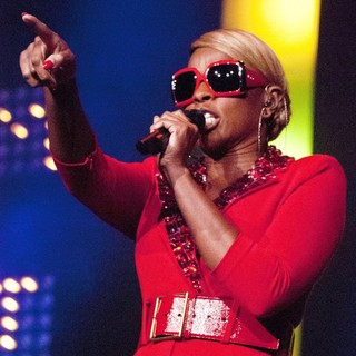 Mary J. Blige in Mary J. Blige Performs Live as Part of The Liberation Tour with D'Angelo and Melanie Fiona