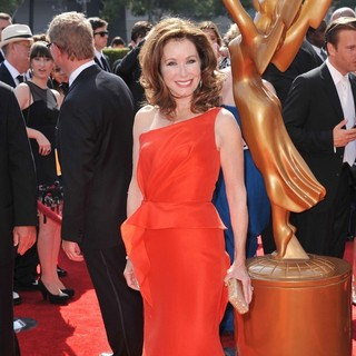 Mary McDonnell in 2011 Primetime Creative Arts Emmy Awards - Arrivals - mary-mcdonnell-2011-primetime-creative-arts-emmy-awards-02