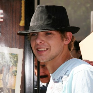 Max Thieriot in Premiere of Kit Kittredge - max-thieriot-premiere-kit-kittredge-01