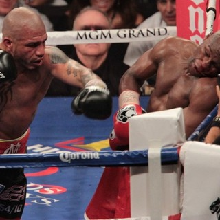 The Fight Floyd Mayweather, Jr. Defeated Miguel Cotto by Way of A Twelve Round Unanimous Decision - mayweather-jr-cotto-fight-floyd-mayweather-jr-vs-miguel-cotto-04