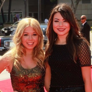 Jennette McCurdy, Miranda Cosgrove in 2012 Creative Arts Emmy Awards - Arrivals
