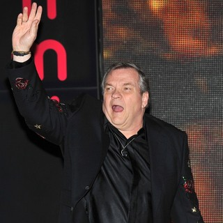 Meat Loaf in Meat Loaf Signs Copies of His Album Hell in A Handbasket