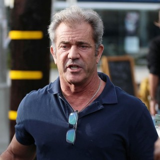 Mel Gibson - Mel Gibson Has Lunch with Friends on Christmas Eve