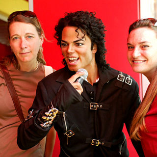 Michael Jackson - Madame Tussauds in Washington, D.C. Installs a Michael Jackson Tribute Exhibit
