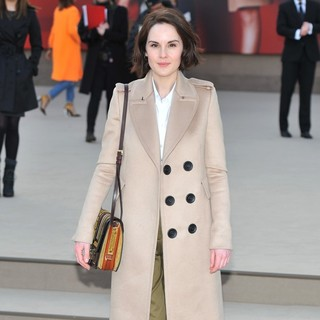 Michelle Dockery in London Fashion Week - Autumn-Winter 2013 - Burberry Prorsum - Arrivals - michelle-dockery-london-fashion-week-autumn-winter-2013-04