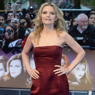 Michelle Pfeiffer in UK Premiere of Dark Shadows - Arrivals - michelle-pfeiffer-uk-premiere-dark-shadows-07