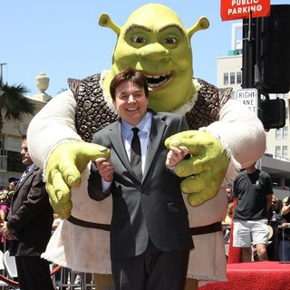 Mike Myers in Shrek is Honoured with The 2408th Star on The Hollywood Walk of Fame - mike-myers-shrek-walk-of-fame-01
