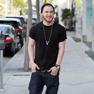 Mike Posner Leaves Urth Caffe - mike-posner-leaves-urth-caffe-03