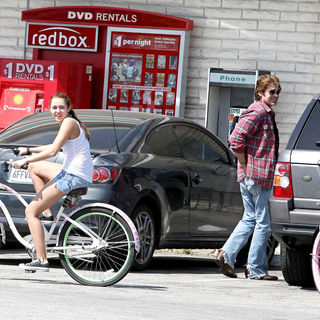 Miley Cyrus, Liam Hemsworth, Billy Ray Cyrus in Miley Cyrus rides her bicycle with her boyfriend to 7-Eleven in Toluca Lake