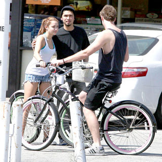 Miley Cyrus - Miley Cyrus rides her bicycle with her boyfriend to 7-Eleven in Toluca Lake