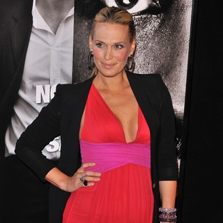 The Safe House Premiere - Arrivals - molly-sims-premiere-safe-house-01