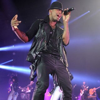 Ne-Yo Performs Live