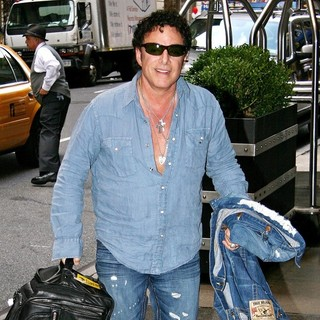 Journey in Celebrities Arriving at The Manhattan Hotel - neal-schon-arriving-at-the-manhattan-hotel-01