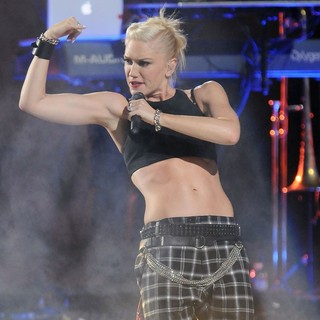 Gwen Stefani, No Doubt in No Doubt Perform During The 2012 NFL Kick-Off Concert