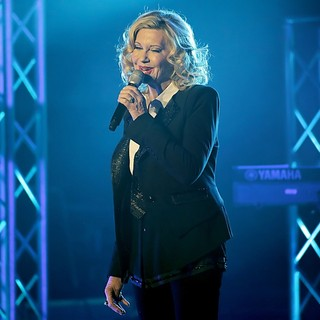 Olivia Newton-John Performing Live on Stage - olivia-newton-john-performing-live-on-stage-03