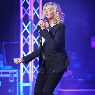 Olivia Newton-John Performing Live on Stage - olivia-newton-john-performing-live-on-stage-10