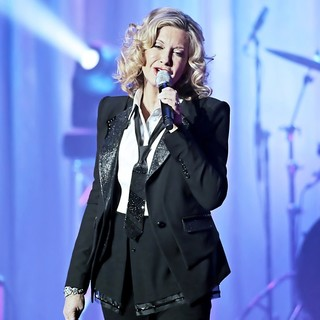 Olivia Newton-John Performing Live on Stage - olivia-newton-john-performing-live-on-stage-11
