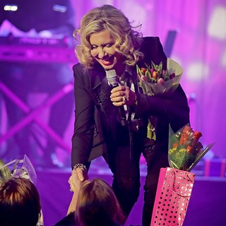 Olivia Newton-John Performing Live on Stage - olivia-newton-john-performing-live-on-stage-12
