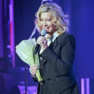 Olivia Newton-John Performing Live on Stage - olivia-newton-john-performing-live-on-stage-13
