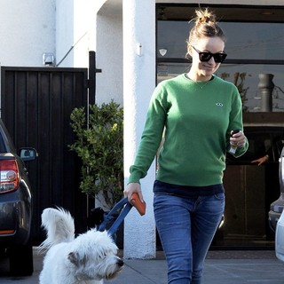 Olivia Wilde Takes Her Dog to Cage Free K-9 Camp - olivia-wilde-takes-her-dog-01
